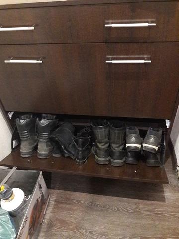 Нижняя полка для громоздкой обуви.