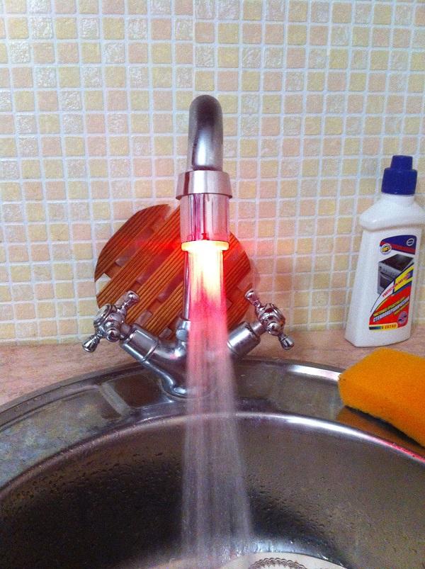 Вода светиться красным (горячая).