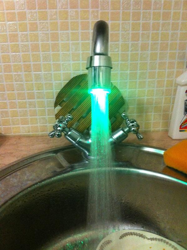 Вода светиться зеленым (теплая).
