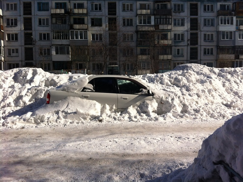 Машину бросили на всю зиму под снегом.